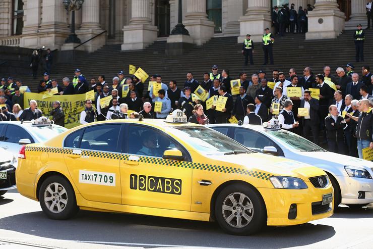 מחאה של נהגי מוניות נגד אובר במלבורן, אוסטרליה. לפי מומחים, הנתונים החדשים מוכיחים שהבעיה היא בכלל מיקור חוץ