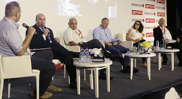 מימין: רוני פיבקו, בת חן ישועה, ליאר רביב, דוד פתאל, רונן ניסבאום וכתב כלכליסט עמיר קורץ