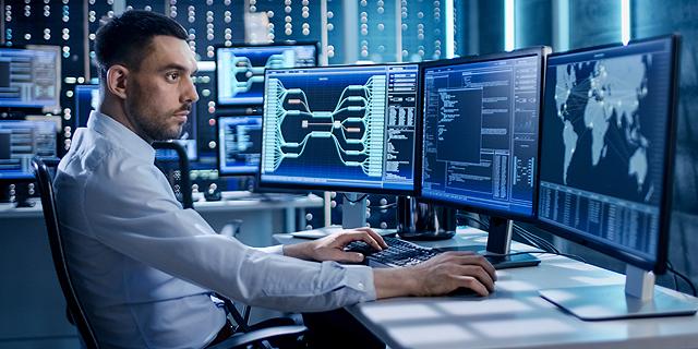 מתכנת IT דאטה ניטור אבטחת מידע, צילום: שאטרסטוק