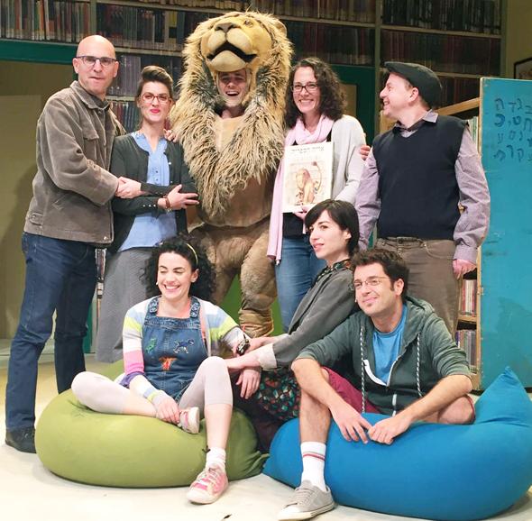 """מישל קנודסן אוחזת בספר """"אריה הספריה"""" בעברית עם צוות ההצגה בישראל, צילום: יחצ"""