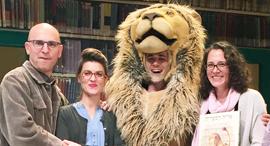 """מישל קנודסן אוחזת ב ספר """"אריה הספריה"""" בעברית עם צוות ההצגה בישראל, צילום: יחצ"""