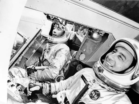 ג'ון יאנג (משמאל), בתוך חללית ג'מיני 3