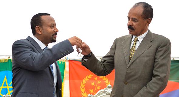 משמאל: ראש ממשלת אתיופיה אבי אחמד ונשיא ארתריאה איסאייס אפוורקי נפגשים בעקבות הסכם השלום הטרי בין שתי המדינות