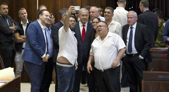 חברי הקואליציה מתועדים כשהם מתעדים את עצמם בתמונת סלפי, לאחר אישור חוק הלאום במליאת הכנסת