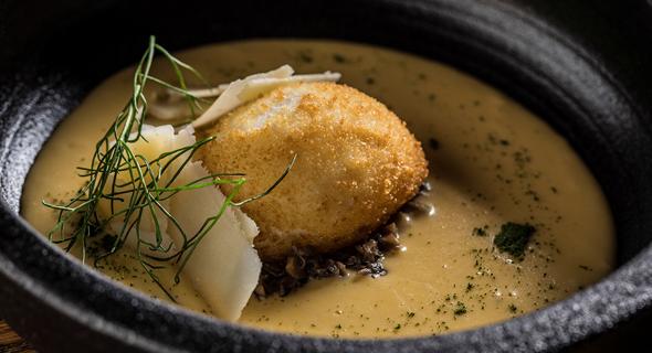ביצה בפנקו ופרמזן בקציפת תירס וסויה, צילום: אפיק גבאי
