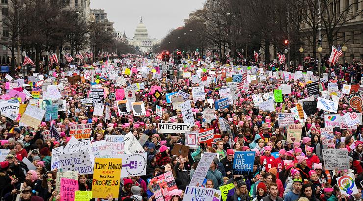 צעדת הנשים בוושינגטון יום אחרי השבעת טראמפ, ינואר 2016. מאז בחירתו נשים מקדישות יותר תשומת לב לפוליטיקה