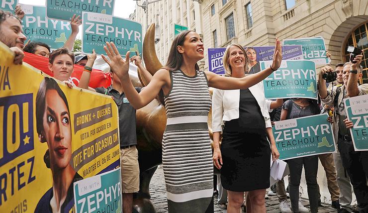 אלכסנדריה אוקסיו־קורטז, שניצחה בפריימריז הדמוקרטיים בברונקס פוליטיקאי ותיק, בעצרת תמיכה במתמודדת אחרת, זפיר טיצ'אאוט. אוקסיו־קורטז בת 28, ובדרך להיות חברת הקונגרס הצעירה בהיסטוריה