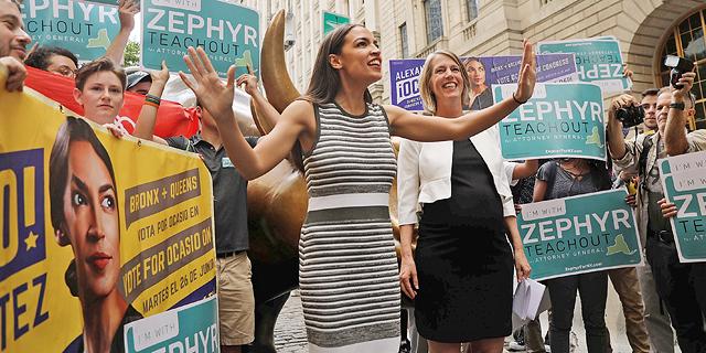 אלכסנדריה אוקסיו־קורטז, שניצחה בפריימריז הדמוקרטיים בברונקס פוליטיקאי ותיק, בעצרת תמיכה במתמודדת אחרת, זפיר טיצ