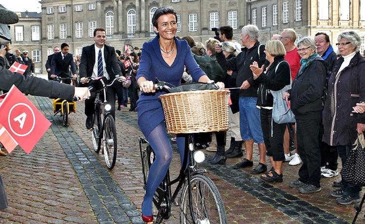 """וסטאגר רוכבת בדרך אל מלכת דנמרק. מחזיקה במשרד פסל של אצבע משולשת כ""""תזכורת לכך שאפשר לטעות"""""""