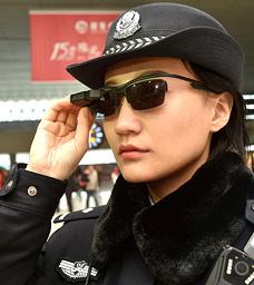 שוטרת סינית עם משקפיים מצוידים בטכנולוגיית זיהוי פנים. משמשת גם למטרות פוליטיות ולמשטור אוכלוסייה תמימה