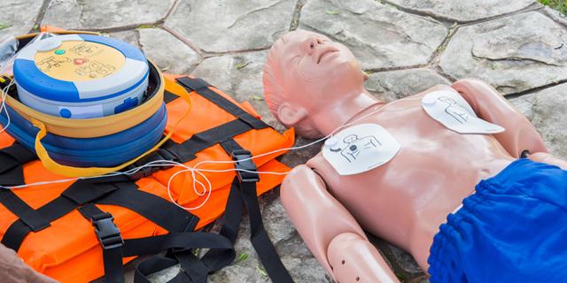 """""""השילוב המנצח בהצלת חיים: הכרת פעולות ההחייאה וזמינות של מכשיר דפיברילטור"""""""