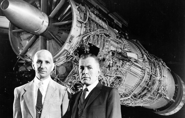 """מנוע ה-J79 ולצידו מפתחיו גרהרד ניומן וניל בורג'ס. השניים זכו על הפרויקט בגביע החדשנות התעופתית של ארה""""ב"""
