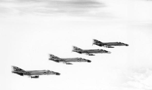 מטוסי פאנטום אמריקאיים במלחמת ויאטנם. הדגמים הראשונים לא קיבלו תותח מובנה - מה שהשתנה במהירות לאחר כמה קרבות אוויר שנגמרו רע