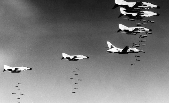 מבנה מטוסי פאנטום מטיל פצצות. לפניהם טס מטוס B66 ללוחמה אלקטרונית