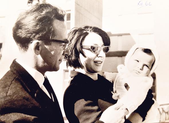 1966. אמי פלמור התינוקת עם הוריה שושנה ואליעזר, בירושלים