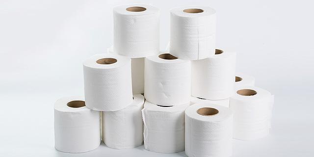 """למה שגרירות ארה""""ב בלונדון מוכרת גלילי נייר טואלט במכירה פומבית?"""