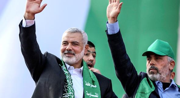 מימין מנהיג חמאס בעזה יחיא סניוואר  ו איסמאיל הנייה ראש הלשכה המדינית של חמאס, צילום: MOHAMMED SABER