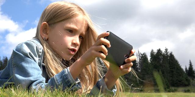 סכנה לאיכות הראייה? ילדה וסמארטפון, קרדיט: shutterstock
