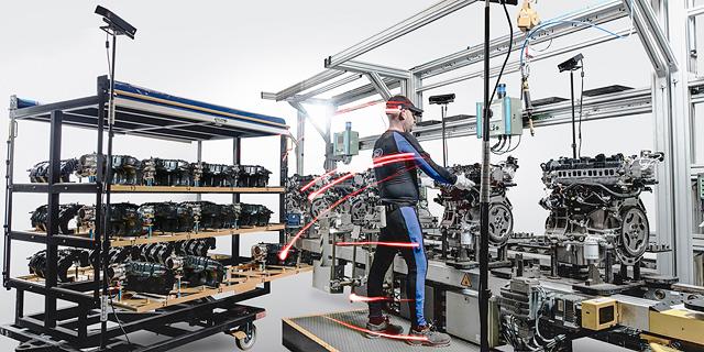פורד רוצה שוב לפרוץ דרך בייצור מכוניות: חיישנים בחליפות העובדים יעקבו אחר כל תנועה שלהם