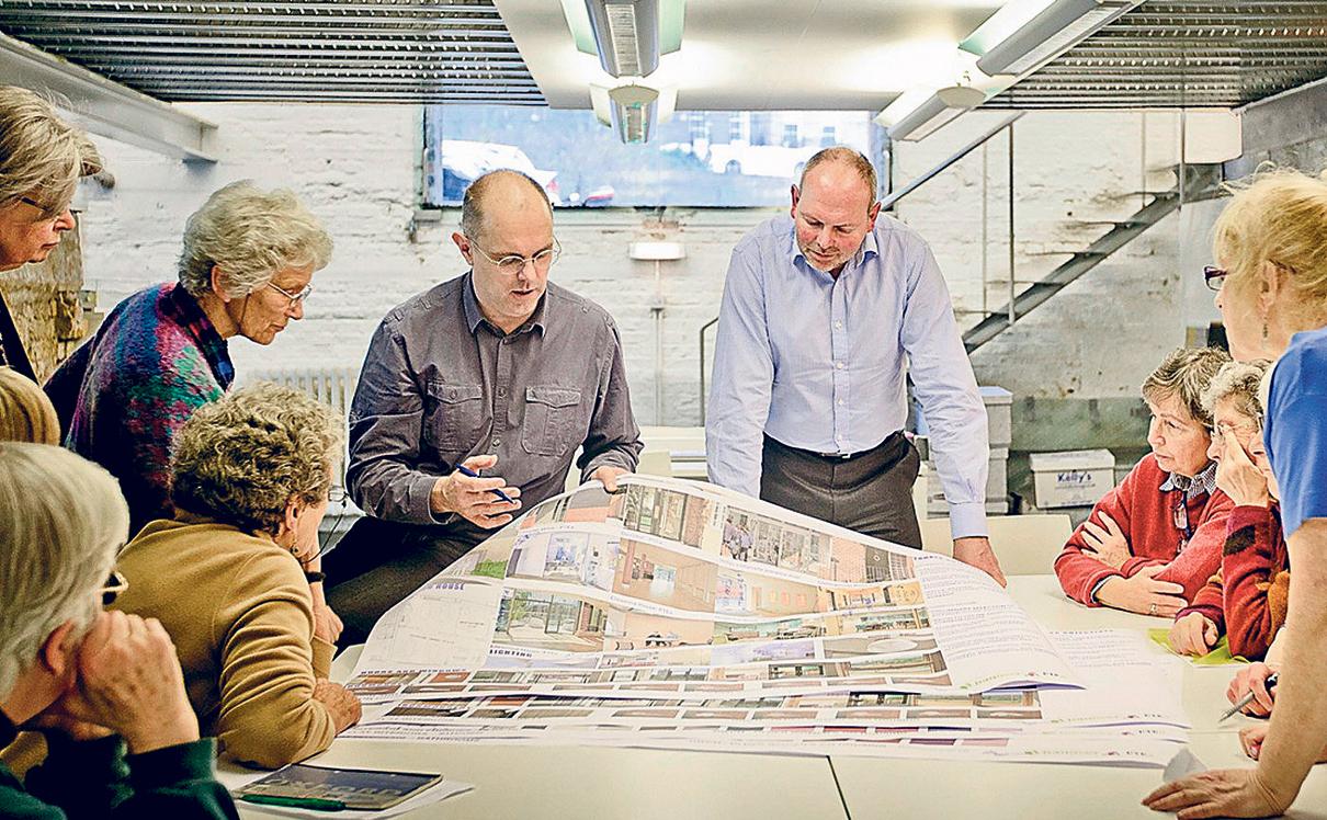 לונדון, בריטניה. 26 נשים חיות בבניין שיתופי (בתמונה עם האדריכלים) שבו הן חולקות חללים כמו מטבח יחד