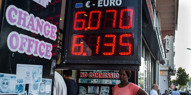 חלפן כספים באיסטנבול (ארכיון), צילום: איי אף פי