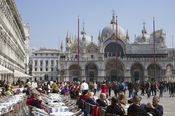 כיכר סן מרקו ונציה. 49 דולר לשתי כוסות קפה ושני בקבוקי מים