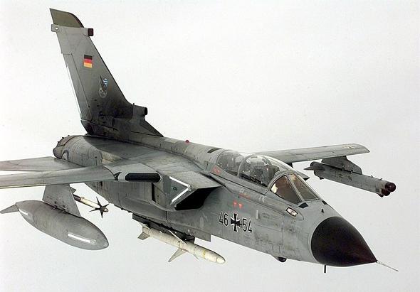 מטוס טורנדו ECR, דגם מיוחד לציד סוללות טילים ולוחמה אלקטרונית. שימו לב לפוד החסימה שתחת כנפו השמאלית
