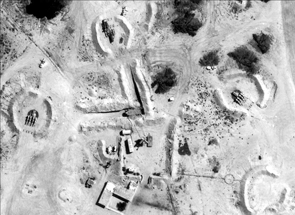 סוללת טילי קרקע אוויר. במרכזה נמצאים קרון הבקרה ומערכי הגילוי, ואילו מסביבה, במחפורות העגולות - משגרי הטילים