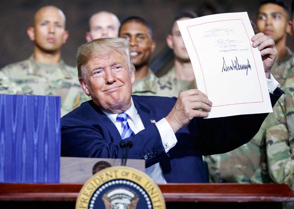 דונלד טראמפ חותם על החוק