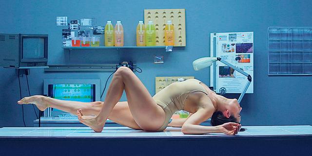 מתחת לעור: האמנית לוסי מקריי מאתגרת את גבולות הגוף