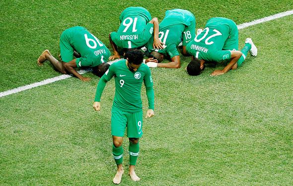 נבחרת סעודיה חוגגת. לא הותירה חותם על המונדיאל, אבל נלחמת עם קטאר על דומיננטיות בענף, צילום: רויטרס