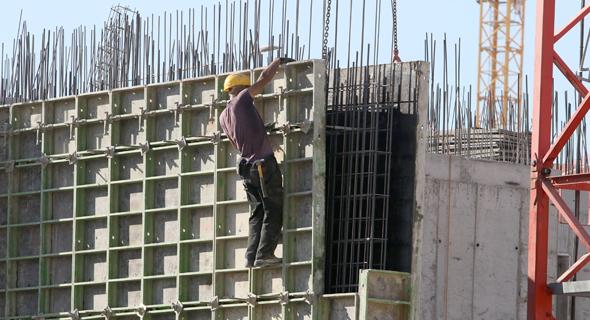 פועל בניין עובד בגובה רב ללא עיגון (ארכיון)