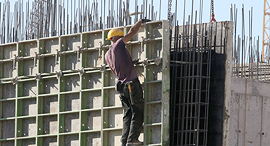 פועל בניין עובד ב גובה רב ללא עיגון ל מקרה נפילה ב אתר בנייה ב ראש העין פנאי, צילום: שאול גולן