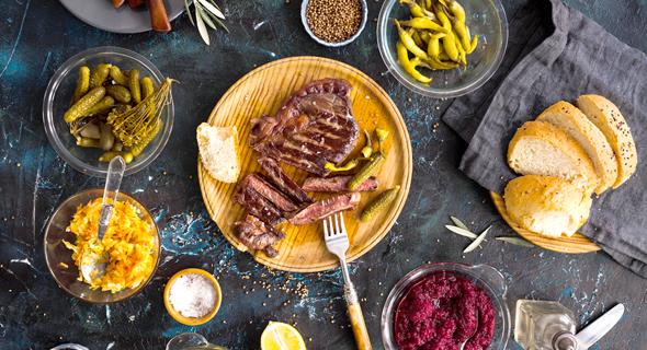 אוכל סטייק בשר, צילום: שאטרסטןק