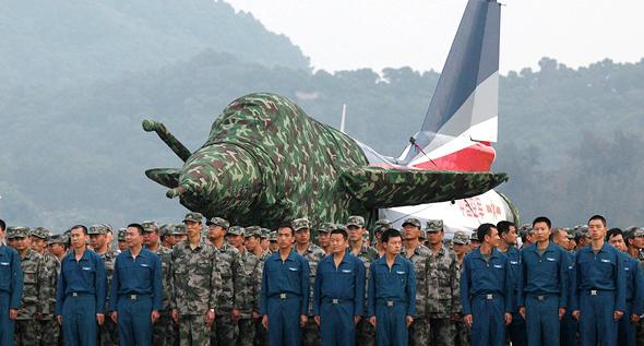 טייסים וצוותי קרקע סיניים מול מטוס J10