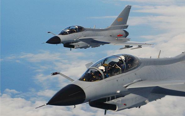 זוג מטוסי J10 דו מושביים, בטיסת הדרכה