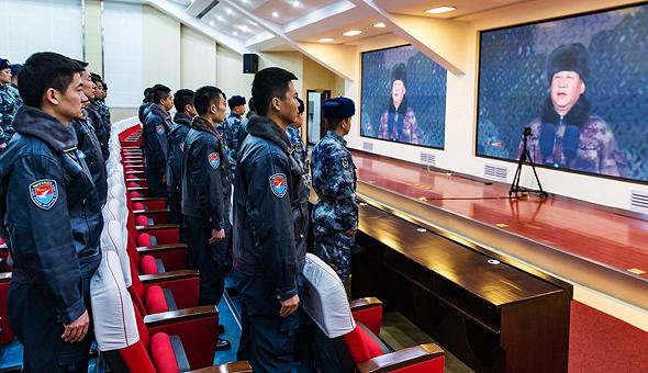 טייסים סינים צופים בנאומו של הנשיא שי ג'ינפינג