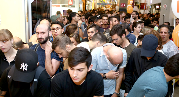 The line outside of Xiaomi's store in Tel Aviv, Wednesday. Photo: Sinay Izhaki