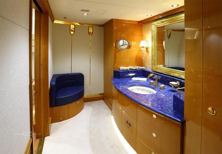 במטוס 10 חדרי שירותים