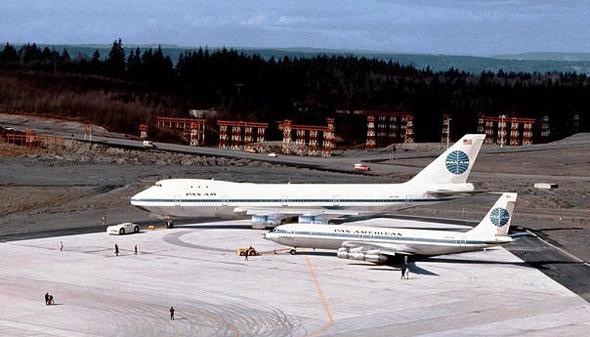 מטוס הג'מבו 747 לצד מטוס ה-707