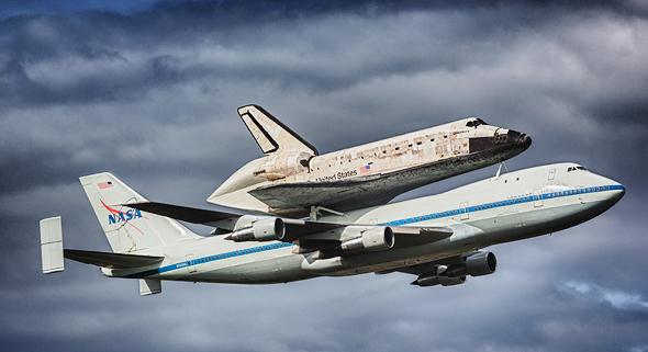 מטוס ג'מבו של נאסא נושא את מעבורת החלל קולומביה