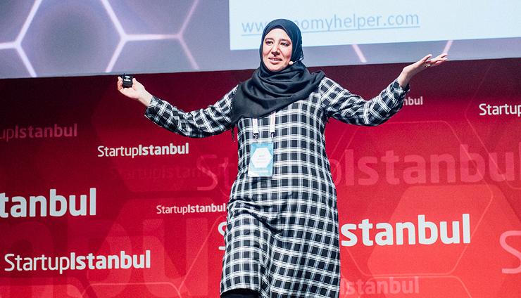 """אל־חודַארי מציגה את האפליקציה Momy Helper בתחרות הענק Startup Istanbul, שבה זכתה במקום השני. """"עזרה מקצועית ל־65 מיליון נשים ערביות בעולם"""", צילום: startupistanbul.com"""