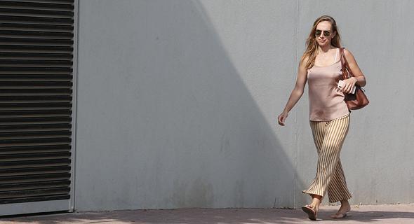 הבת של נוחי דנקנר רונה דנקנר בכניסה לביתו, צילום: אוראל כהן