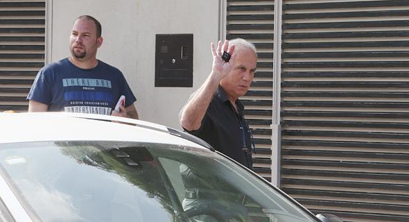 """עורכי הדין של נוחי דנקנר עו""""ד גיורא אדרת בכניסה לביתו, צילום: אוראל כהן"""