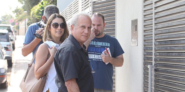"""עו""""ד גיורא אדרת ליד ביתו של דנקנר, צילום: אוראל כהן"""