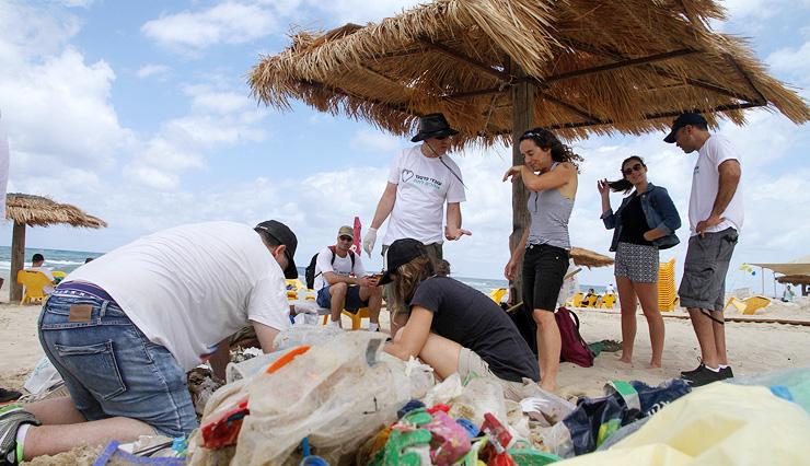 מבצע ניקוי פסולת בחוף מכמורת