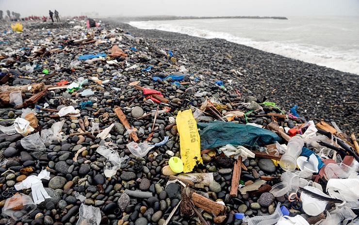 חוף מוכה זבל בלימה, פרו. רק 9% מהפלסטיק בעולם עובר מיחזור
