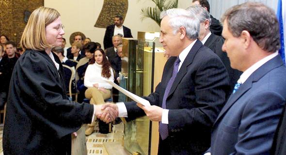 אורנית אגסי מקבלת את המינוי לשופטת ב-2002, עם הנשיא דאז משה קצב ושר המשפטים דאז מאיר שטרית, צילום: עטא עוויסאת