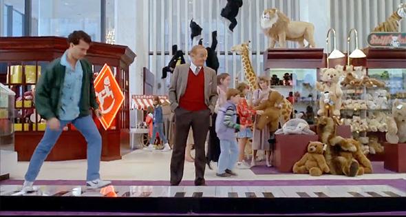 """טום הנקס רוקד על הפסנתר בחנות, בסרט """"ביג"""", צילום: Youtube"""