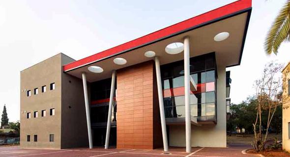 """בית הספר ק""""ם ברמת החייל. יאפשר למידה בין קירות זכוכית, תוך ניצול של תאורה טבעית   , צילום: מילוסלבסקי אדריכלים"""